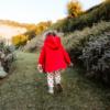 mantellina in ecopelliccia di agnelino Cappuccetto Rosso da bambina