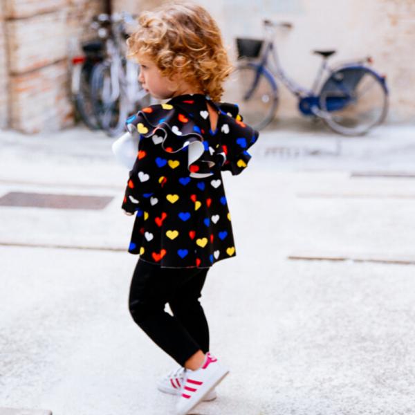 Completino neoprene maglia a cuori e pantalone nero da bambina