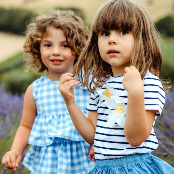 maglietta a righe blu con fiori in cotone da bambina