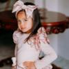 fascia fiocco rosa da bambina e maglia rosa