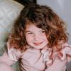 dettaglio maglia rosa da bambina in caldo cotone