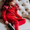 pantalone con ruches rosso e maglia con voilà sulla spalla da bambina